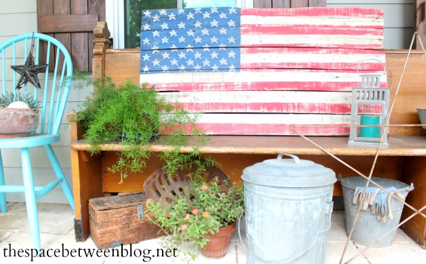 upcycling idea - DIY pallet slat flag